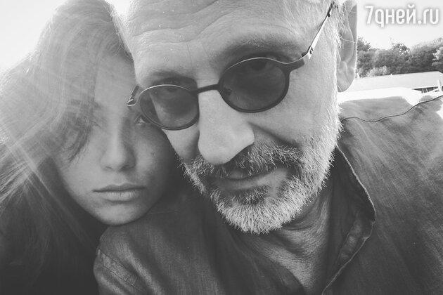 Молодая жена подала на развод с Александром Гордоном