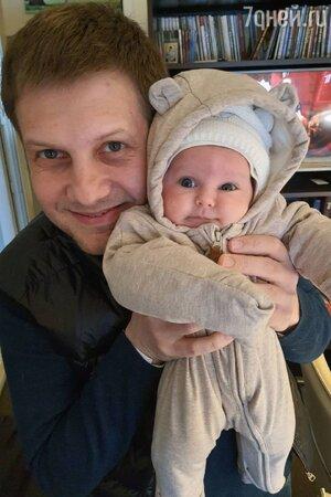 «Глазки одинаковые»: Корчевников с младенцем на руках поделился своим счастьем