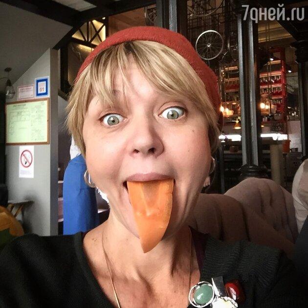 «Язык-морковка»: 51-летняя Меньшова с выпученными глазами обескуражила публику