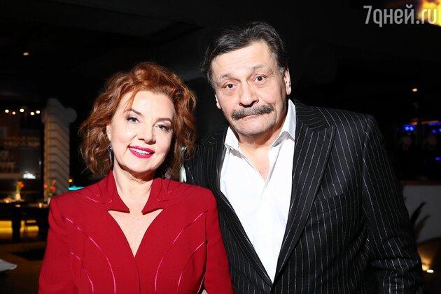 «Минус 15 лет!» Назаров вышел в свет с похудевшей и помолодевшей женой