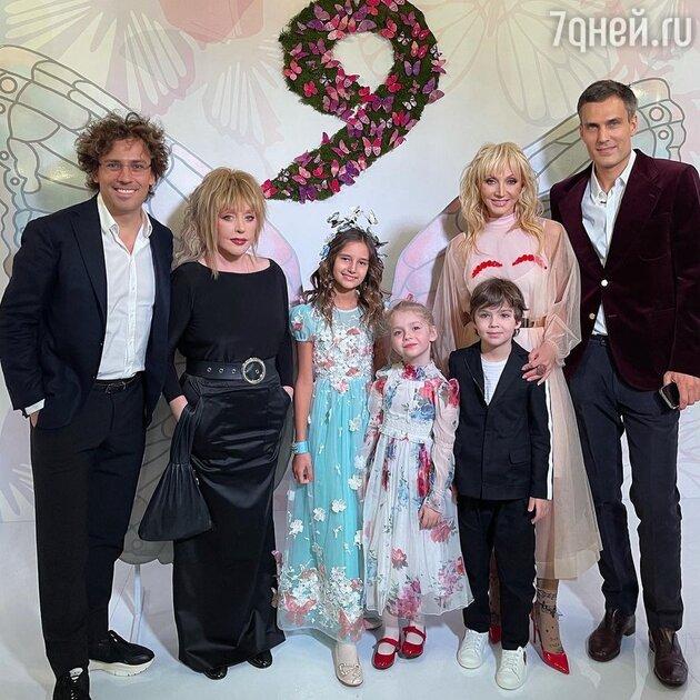«Кристине пора к хирургу»: Пугачева затмила Орбакайте на семейном снимке