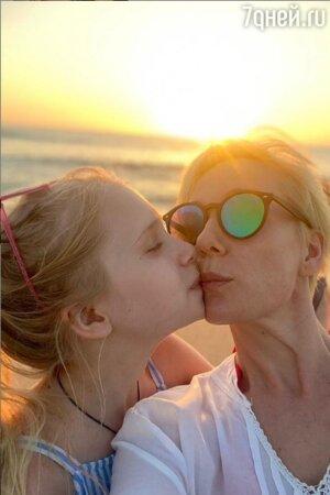 «Две подружки»: Помолодевшая Чулпан Хаматова стала выглядеть ровесницей дочки