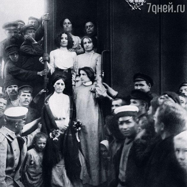 Мария Спиридонова (внизу слева)