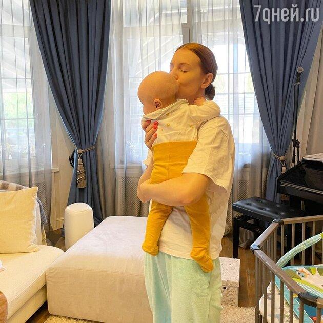 «Само совершенство»: Подольская показала себя без макияжа и в домашней одежде