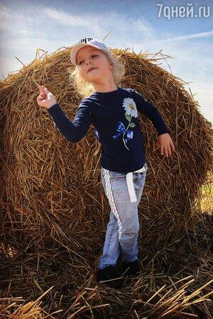 «Красоточка сладкая!» Дочь Пугачевой на сеновале напомнила свою маму