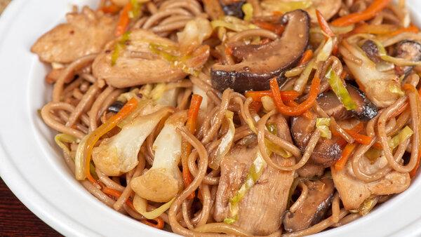 Гречневая паста с курицей и овощами: рецепт от певицы Юлии Паршуты
