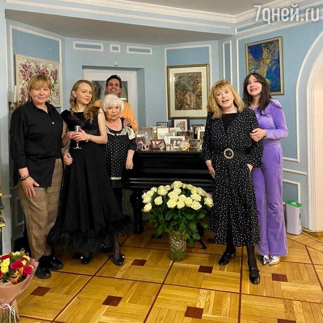 Стройнее и моложе: Пугачева в пестром платье затмила 59-летнюю Шарапову
