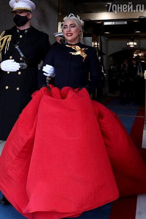 Феерический наряд и «секретный» бойфренд: Леди Гага заставила всех говорить о себе