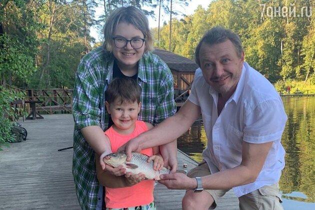 «Что за тетя рядом?!» Фанаты с трудом узнали дочь Башарова на фото с ним