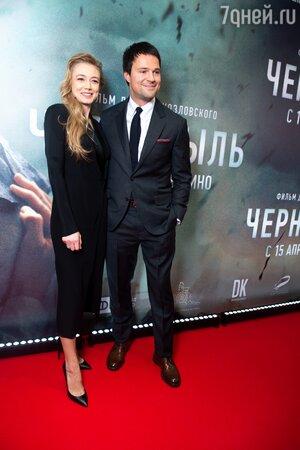 Больше не скрываются: Козловского засняли за поцелуями с замужней Акиньшиной