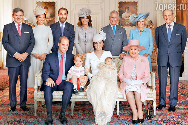 Крестины принцессы Шарлотты. Сидят:  принц Уильям с сыном Джорджем, Кейтсдочерью Шарлоттой и королева Елизавета II. Стоят: Майкл Миддлтон сдочерью Пиппой, сыном Джеймсом иженой Кэрол, принц Чарльз с супругой Камиллой Паркер-Боулз и муж Елизаветы II принц Филип