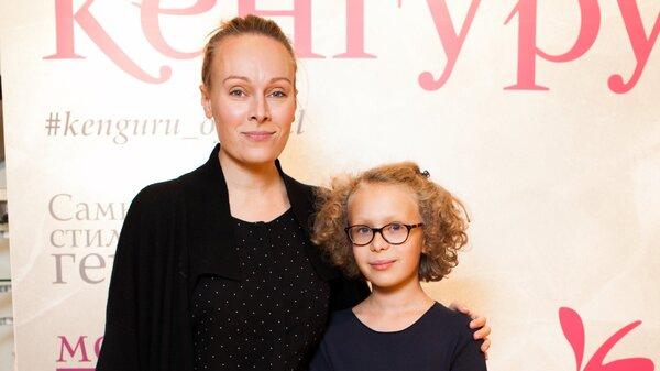 Ольга Ломоносова пришла с дочкой Варей на детский праздник