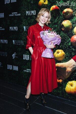 Резко помолодевшая Устинова пришла на премьеру Безрукова