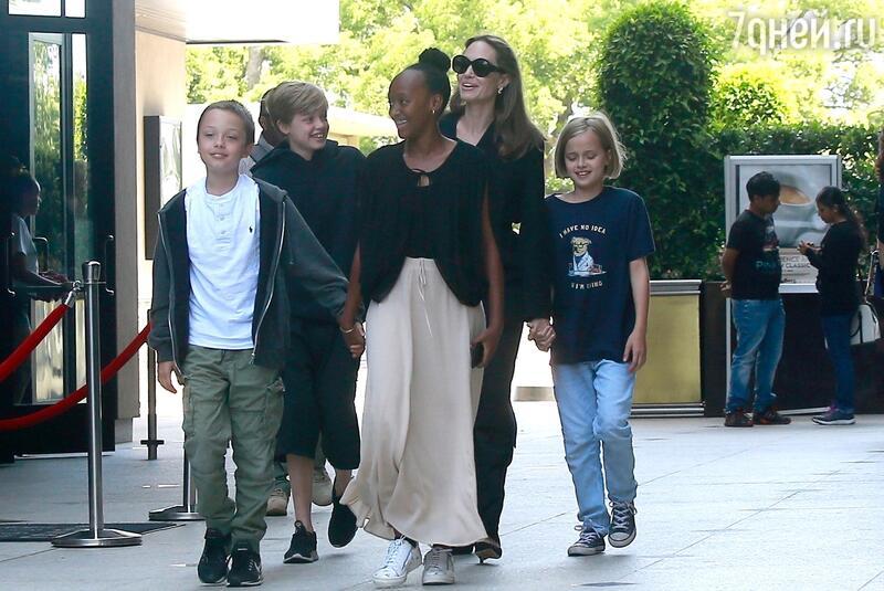 Американские СМИ говорили о свадьбе Анджелина Джоли слюбовником-миллиардером