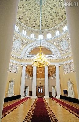 Таврический дворец обошелся казне в 400 тысяч рублей, архитектор Старов отделал фасады с изысканной простотой, зато внутренние покои были роскошными. Светлейший получил  его за присоединение Крым