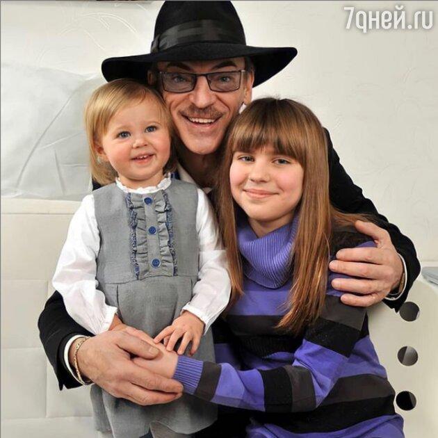 «Внучки — это счастье»: Михаил Боярский поделился редким снимком