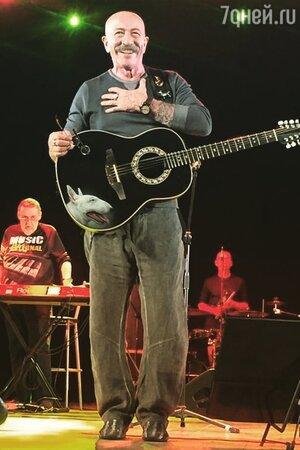 «Оступился и рухнул вниз»: происшествие прервало концерт Розенбаума