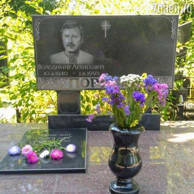 «Как будто Николаев»: фото Королевой с кладбища удивило фанатов