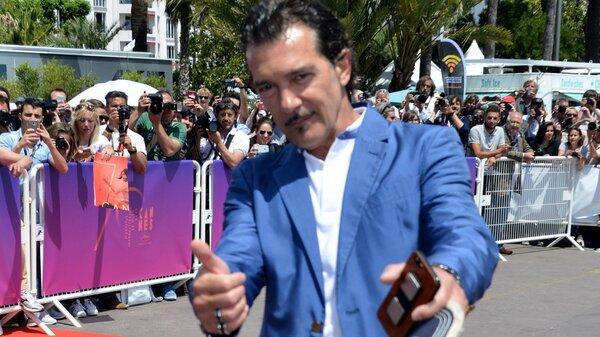 56-летний Антонио Бандерас продемонстрировал свою отменную форму на пляже