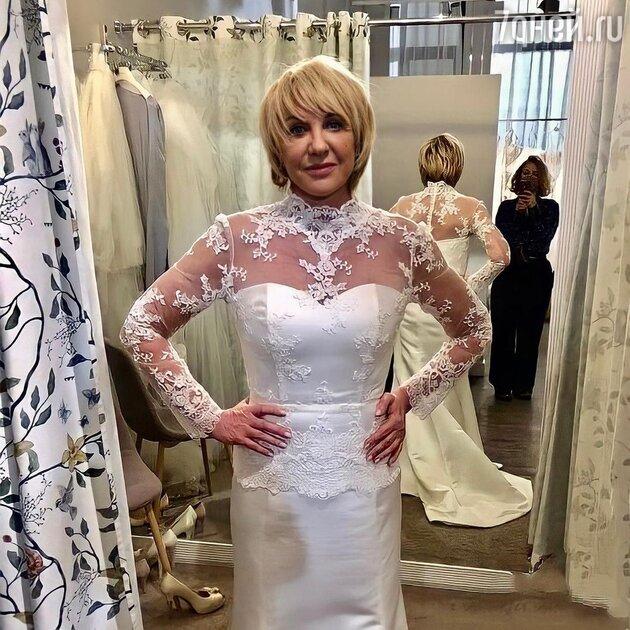 «Хоть бы жених был достойный»: Яковлева снова надела свадебное платье