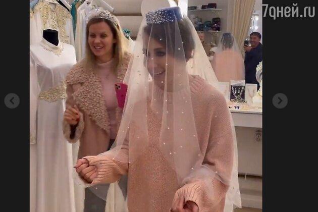 «Срочно замуж!» Юлия Барановская похвасталась необычным свадебным нарядом