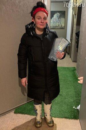 С вазой в руках и с пятнами на щеках: Ваенга предстала в нелепом наряде
