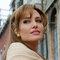 Анджелину Джоли засняли в нижнем белье на балконе в Париже
