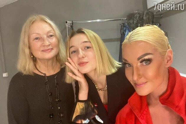 Анастасия Волочкова с дочкой и мамой