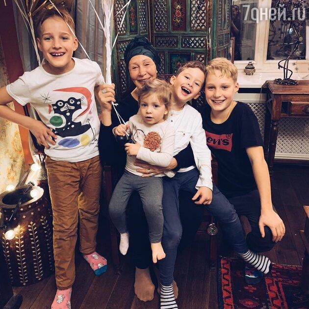 Татьяна Васильева с внуками: Иваном, Адамом, Гришей и Миррой