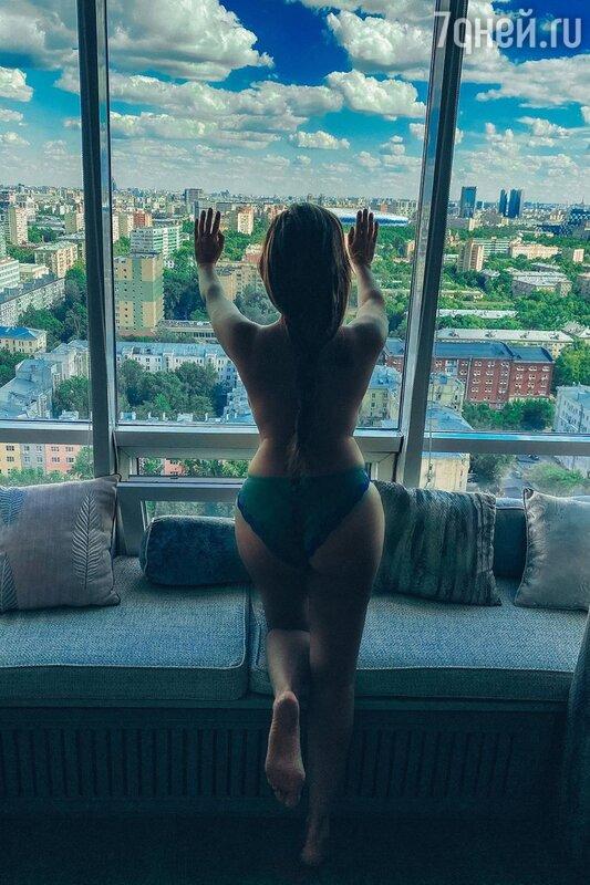 Анфиса Чехова похвасталась фигурой на «голом» фото