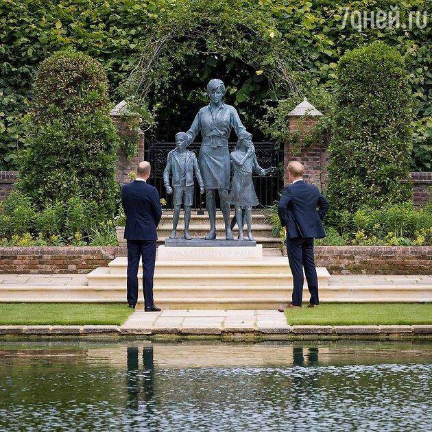 Принц Уильям и принц Гарри у памятника Дианы