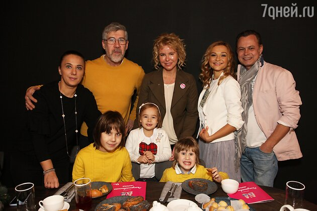 Валерий Яременко с женой и сыновьями, Маргарита Буряк, а также Владимир Левкин с супругой и дочкой