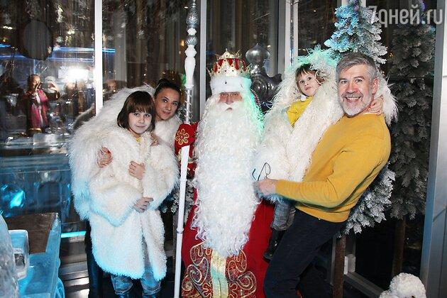 Валерий Яременко с женой Анной и сыновьями Кузьмой и Степаном