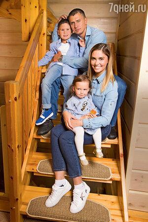 Агата Муцениеце с мужем Павлом Прилучным и детьми — Мией и Тимофеем