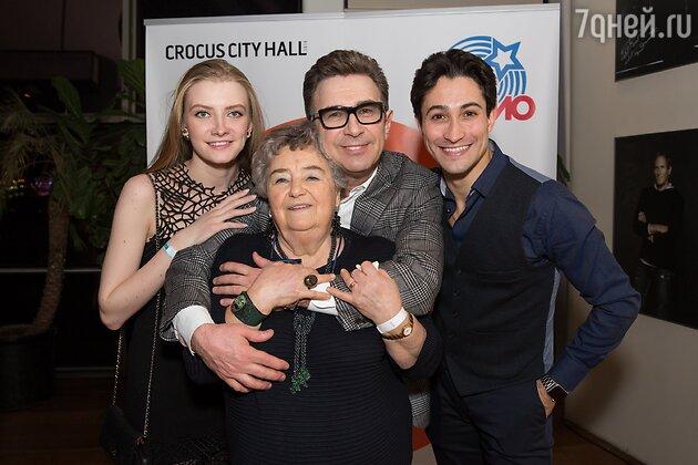 Валерий Сюткин с дочерью Виолой, ее молодым человеком Тором и своей мамой