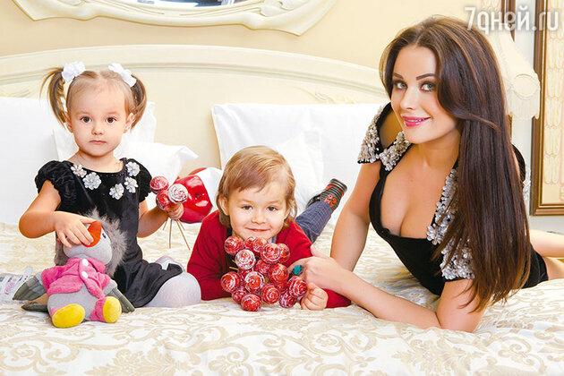 Оксана Федорова с детьми— Елизаветой и Федором