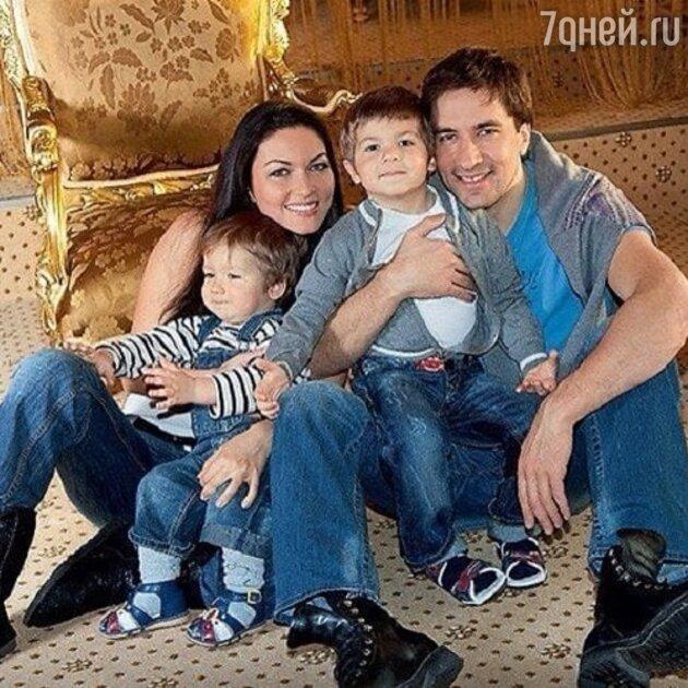 Юлия Такшина и Григорий Антипенко с детьми