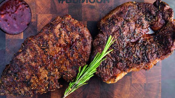 Как приготовить нежный стейк Топ-блейд на сковороде и на углях: пошаговые рецепты
