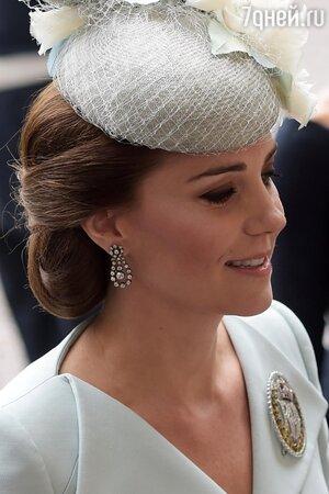 Если приглядеться, можно увидеть, что волосы герцогини Кембриджской в районе пучка украшает сетка