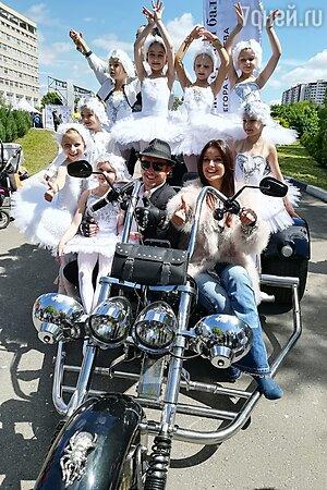 Оксана Федорова и Егор Симачев с юными участниками концерта
