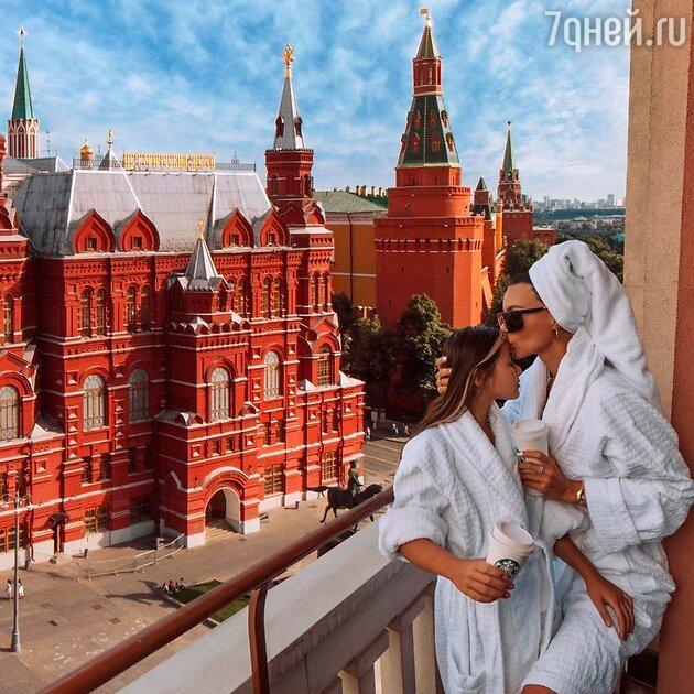 Самойлова с дочкой с видом на Кремль