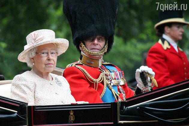 Елизавета II с мужем в карете