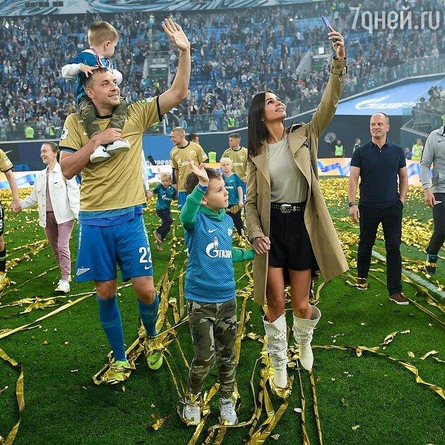 Артем Дзюба с женой и детьми — фото