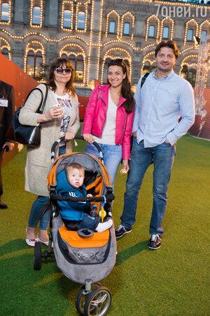 Эдгард Запашный с женой, тещей и сыном Даниэлем