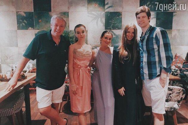 Екатерина и Александр Стриженовы с дочками: Анастасией и Александрой, а также зятем Петром