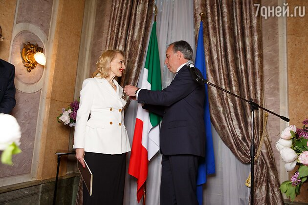Посол Италии в России господин Паскуале К. Терраччано вручает орден Екатерине Моисеевой