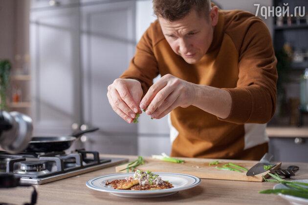 Александр Белькович готовит драники. фото
