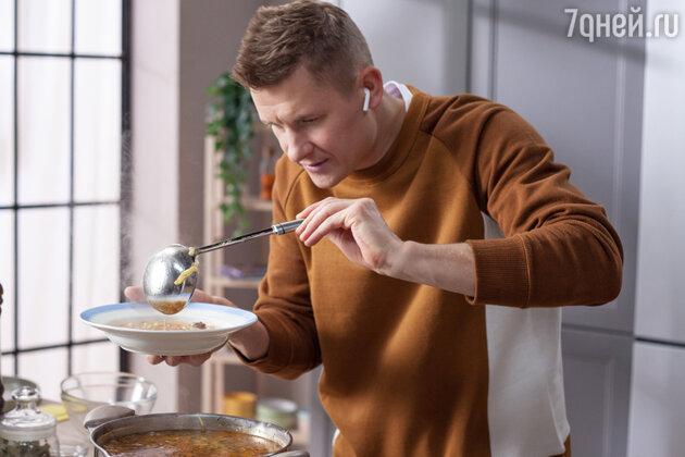 Александр Белькович готовит рассольник. фото