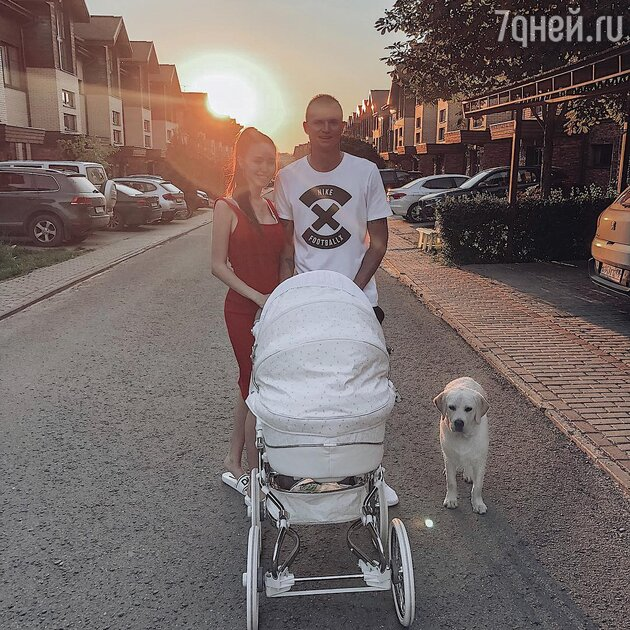 Дмитрий Тарасов с женой Анастасией и дочкой