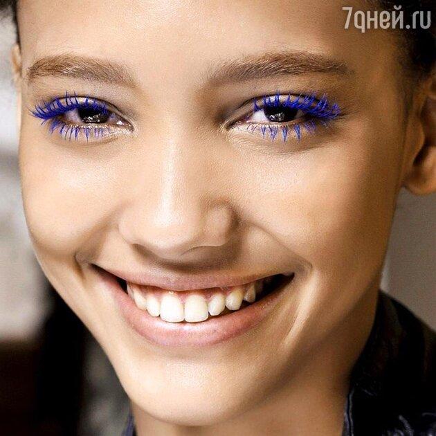 Синяя тушь убирает красноту глаз